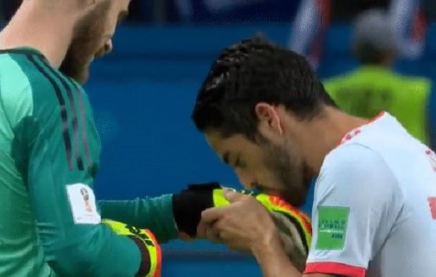 Ο Isco φίλησε τα γάντια του De Gea!